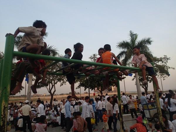 Børn og voksne i Phnom Penh