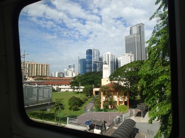 Udsigten til vores hotel fra Skytrain (det hvide længst til højre)